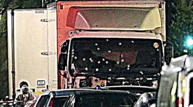 Camion sulla folla e spari. Orrore a Nizza: 84 morti