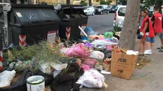 CasaPound interviene ad Acilia sull'emergenza rifiuti