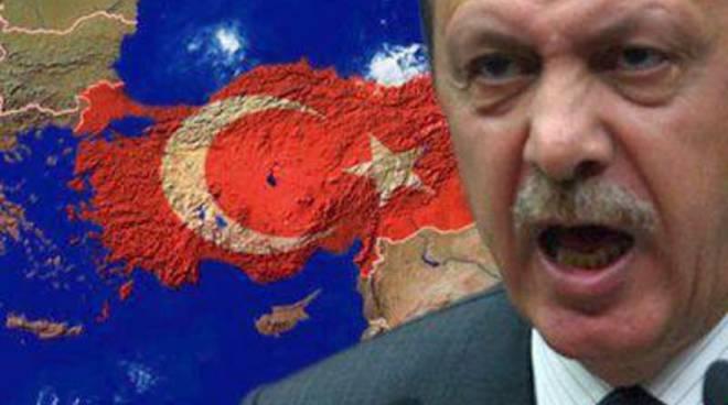 """Erdogan manda sms alla gente: """"Restate in piazza"""""""