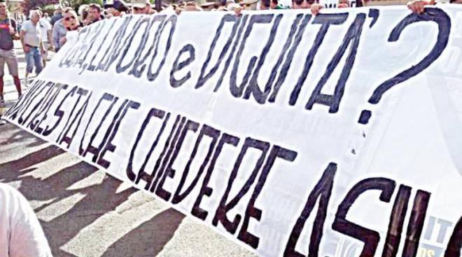 Fiumicino, in 400 «contro» il centro migranti
