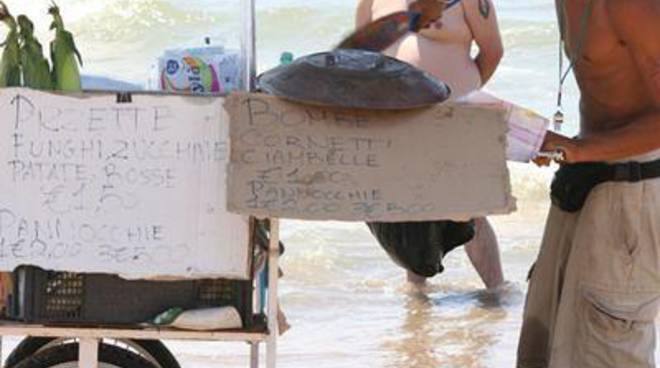 Lungomare degli Ardeatini, rissa in spiaggia tra due ambulanti