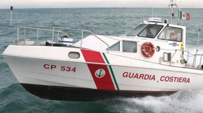 Pedalò alla deriva con 4 bagnanti a bordo