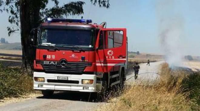Pomezia, incendio su via Solforata. Sul posto Vigili del Fuoco, Polizia Locale e Protezione civile.