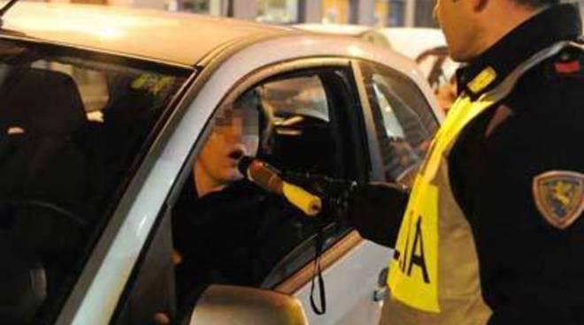 Ubriaca guida contromano sul litorale: patente revocata, auto sequestrata