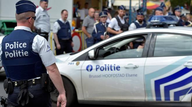 """Belgio, grida """"allah u akbar"""" e aggredisce due agenti con un machete"""