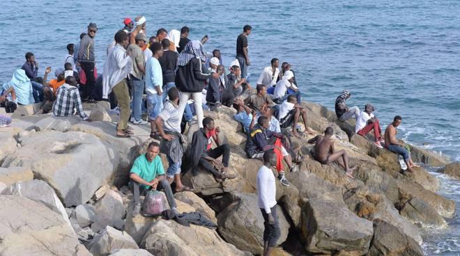 Migranti in fuga a nuoto da Ventimiglia