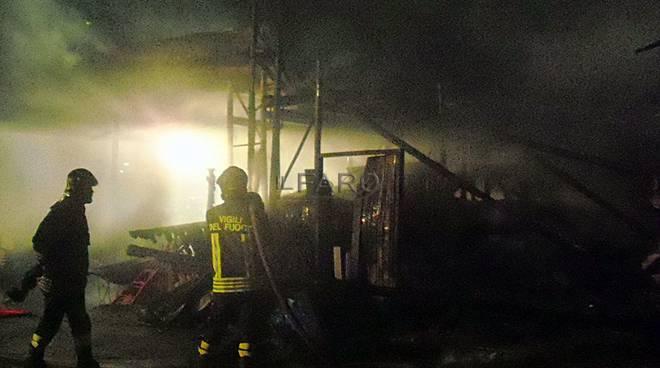 ardea, a fuoco un capannone di materiali edili