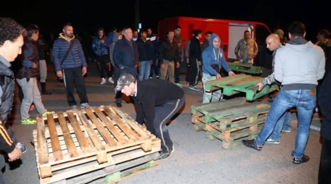 barricate ferrara contro i migranti