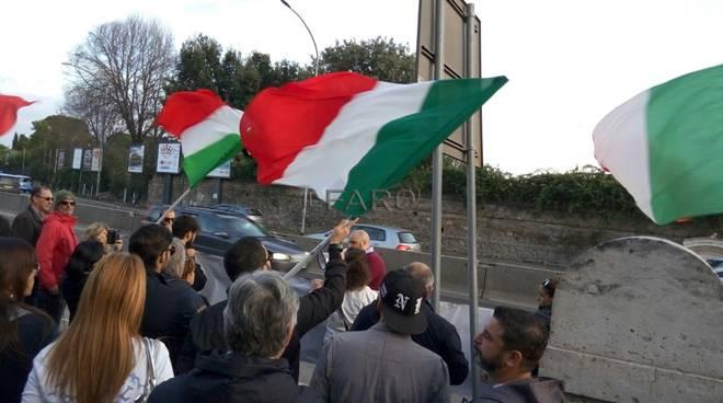protesta centro accoglienza migranti