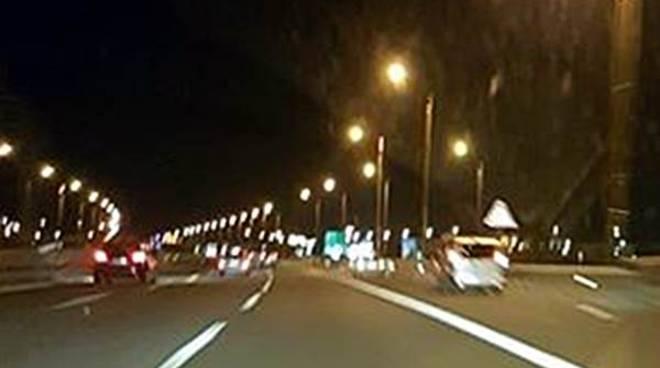 auto ferme in sosta sull'autostrada roma-fiumicino