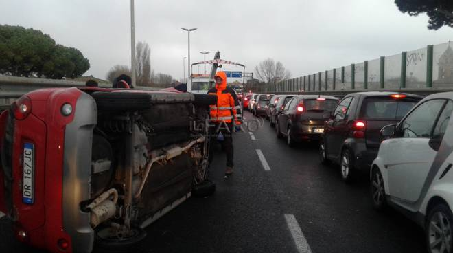 incidente via dell'aeroporto, auto ribaltata