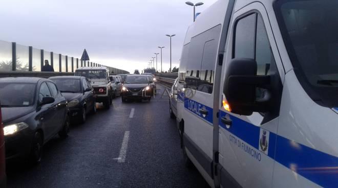 incidente via dell'aeroporto, auto ribaltata