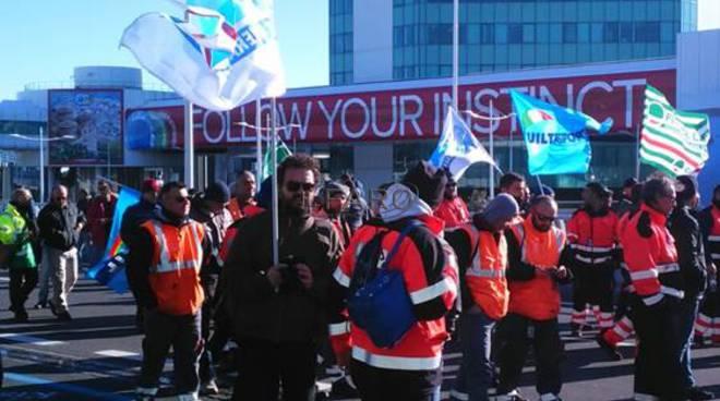 sit in in aeroporto, protesta ecotech