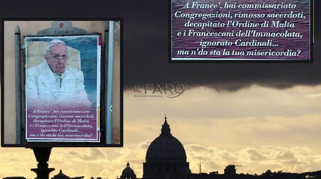 manifesrti protesta contro papa