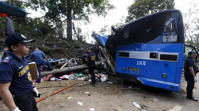 incidente bus filippine in un burrone
