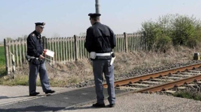 Sale sul tetto del treno, ragazzo di 18 anni muore folgorato