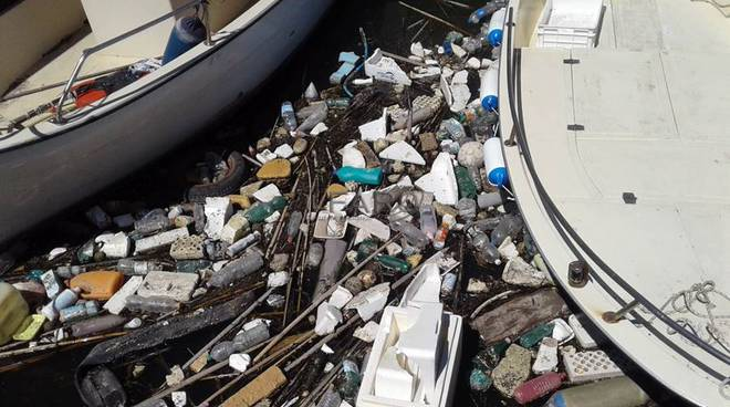 rifiuti nella darsena di fiumicino