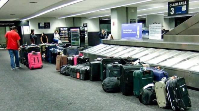 Aeroporto Leonardo Da Vinci. Addetti al carico e scarico rubavano dai bagagli