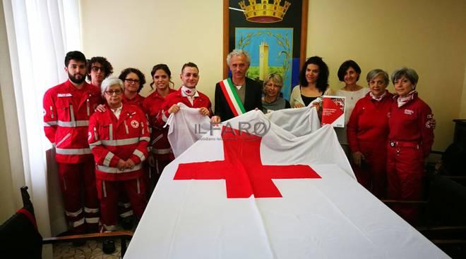 bandiera croce rossa esposta al comune di latina
