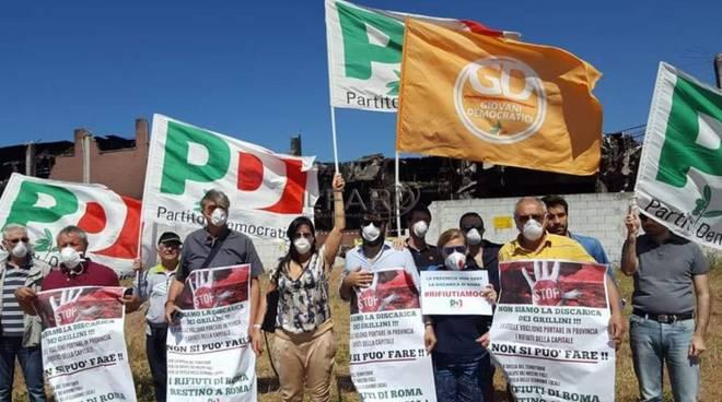 protesta pd davanti a Eco X