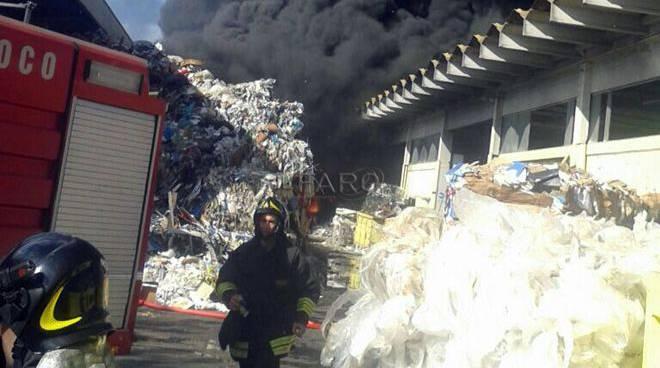 Roma, incendio in un deposito di plastica sulla Pontina