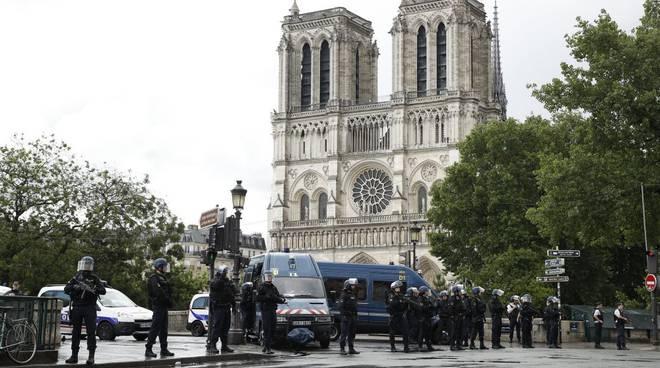 terrorismo, polizia a notre dame a parigi