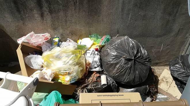 discariche abusive, rifiuti in strada
