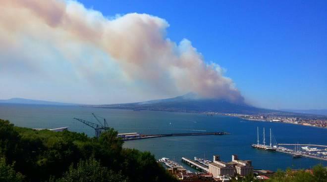 incendio a Napoli, vesuvio a fuoco