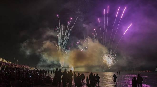 fuochi d'artificio sul mare