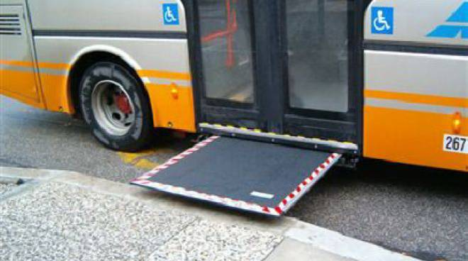 autobus, pedana per diversamente abili