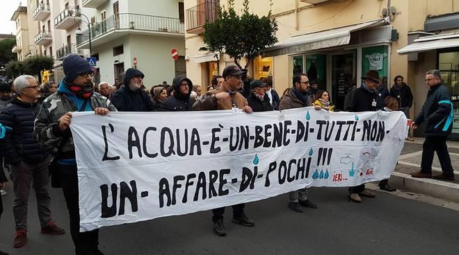protesta contro la crisi idrica