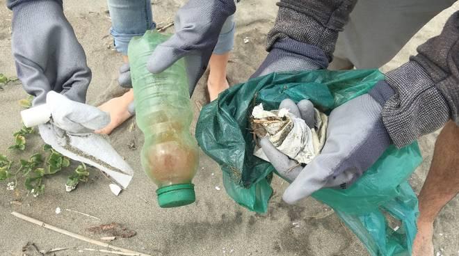 raccolta plastica spiaggia Terracina