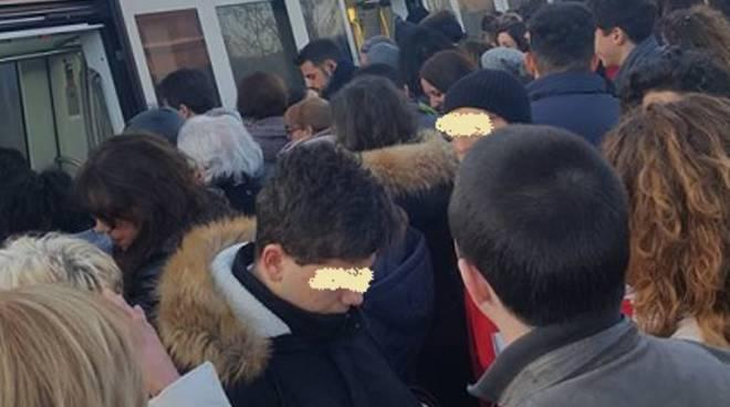 Roma-Lido, guasto al treno e ritardi: esplode la protesta dei passeggeri
