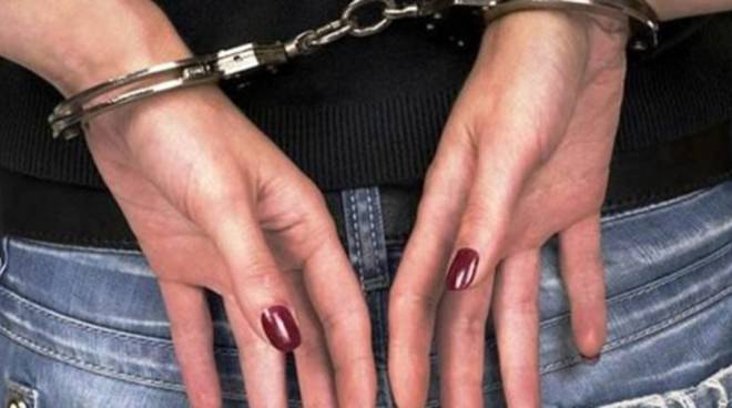 Manette donna arrestata