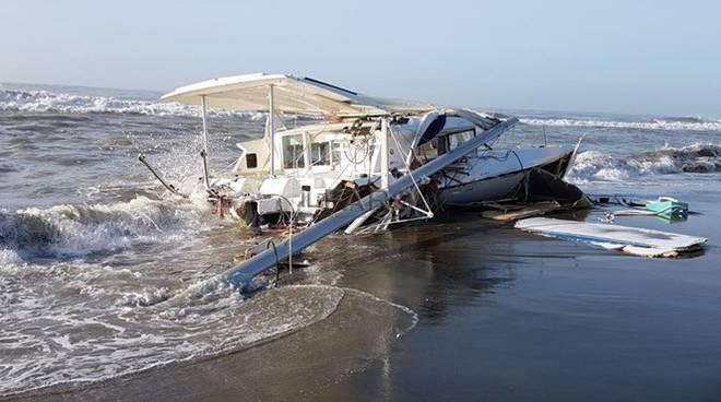 rimosso il relitto dell'imbarcazione naufragata a Ostia