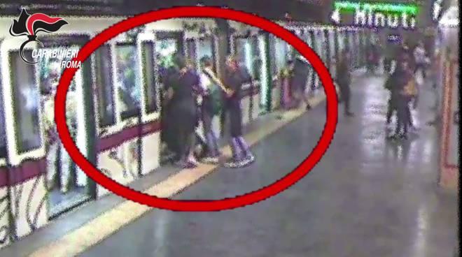 Roma, metro A: massacrarono di botte un loro coetaneo. Arrestati 8 minorenni