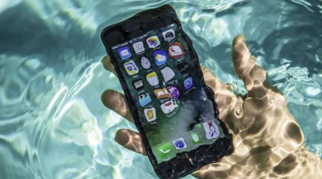 smartphone vasca acqua