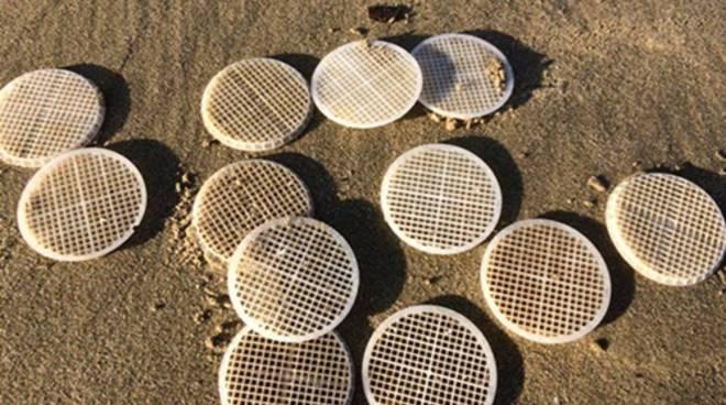 Dischetti di plastica trovati sulla spiaggia di Sperlonga