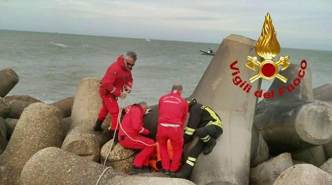 Dramma a Fiumicino, pescatore scivola dagli scogli e muore