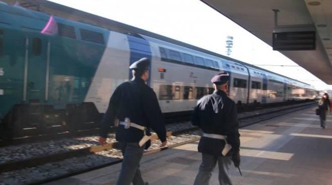 Attraversano binari in stazione vicino aRoma, un morto