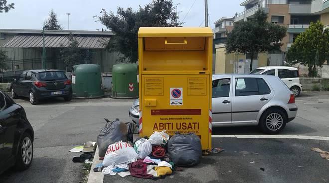 official photos 3e66d e6932 Fallimentare la gestione dei cassonetti gialli per gli abiti ...