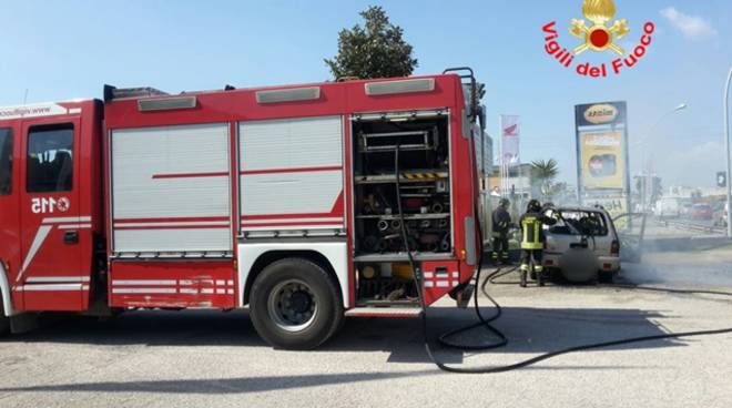 Latina, in fiamme auto a gpl