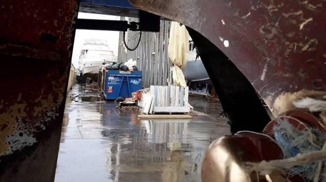 Porto canale Fiumicino pescherecci in difficoltà
