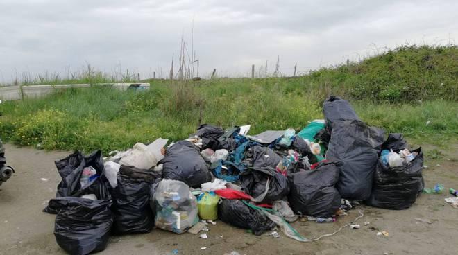 Fiumicino multe rifiuti abbandonati