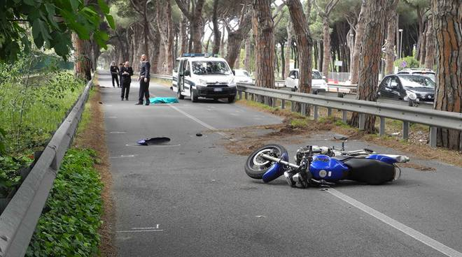 Incidente mortale sulla via Ostiense. Muore sul colpo una motociclista
