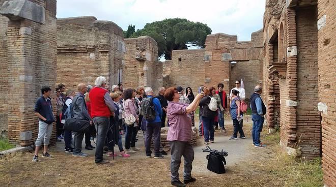 Roma, auto contro palo: morta una donna