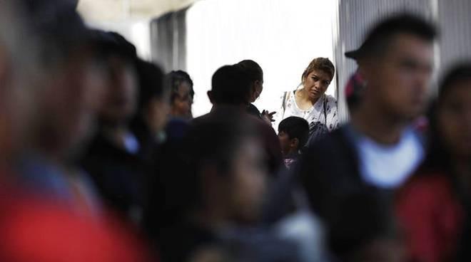 Duemila bimbi tolti a genitori sul confine con il Messico