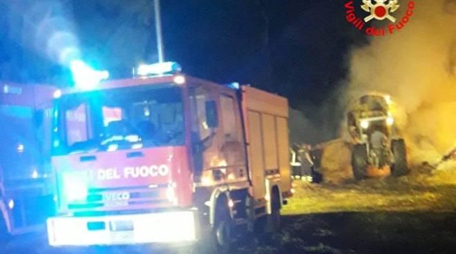 Fienile in fiamme a Terracina, intervengono i vigili del fuoco