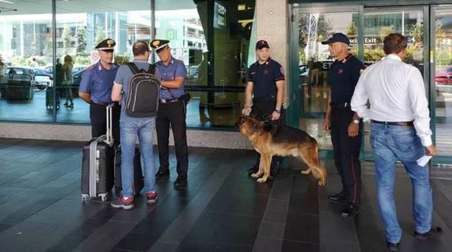 controlli carabinieri in aeroporto