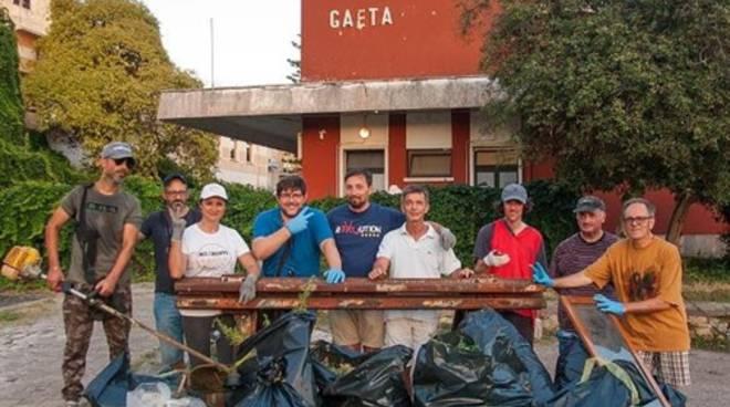 Gaeta, degrado in via del Piano, gli attivisti del M5s danno il via alle pulizie